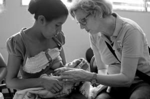 Silvia Honigmann bei der Beratung einer stillenden Mutter