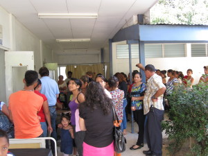 Patienten und Angehörige warten vor dem Konsutationsraum. Manche von ihnen sind tagelang unterwegs und wurden u.a. per Radio über unseren Einsatz informiert.