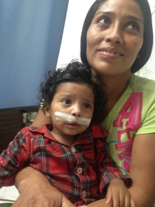 Carlos mit seiner Mutter einen Tag nach der Operation