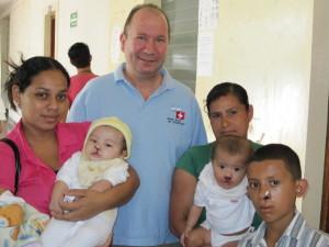 Prof. Dr. Robert Sader mit Patienten und Angehörigen in Somoto