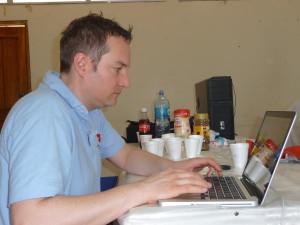 Dr. Dr. Florian Thieringer erfasst die Patienten während der Sprechstunde und erstellt den Operationsplan.