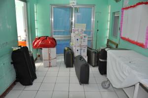 Auspacken und den Operationssaal vorbereiten