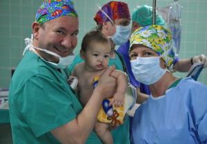 Prof. Dr. Robert Sader mit Patient und OP-Schwester Ilona Eichenberger. Im Hintergrund Dr. Andreas Lampart und Dr. Axel Gils