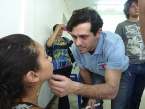 Dr. Ignácio Filippon während der Untersuchung einer Patientin in Somoto