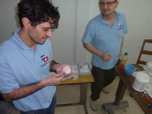 Marc Blaise und Dr. Ignácio Filippon bei der Herstellung eines Gebissabdruckes