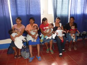 Wartende Mütter mit Kindern in Somoto
