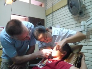 Dr. Claude Hockenjos während der Untersuchung eines Spaltpatienten