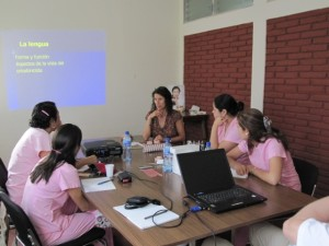 Dr. Ulrike Wohlleben während des Unterrichts an der Universität von León